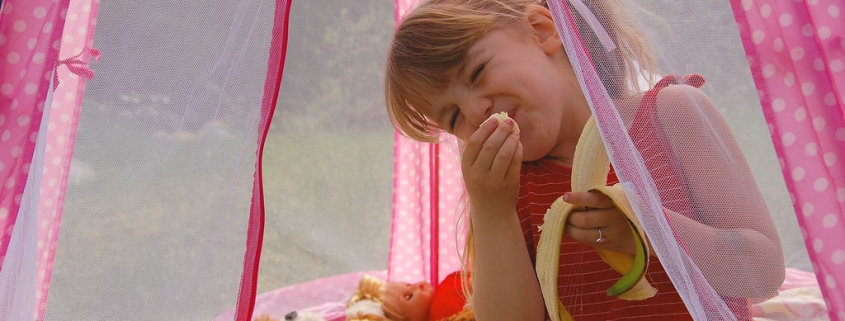 a kid eating in play tent - best kids tent